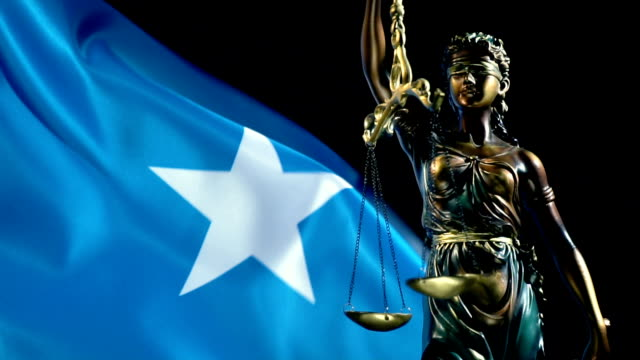 justice statue with somali flag - сомали стоковые видео и кадры b-roll