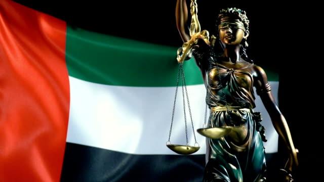 justice statue with united arab emirates flag - uae flag filmów i materiałów b-roll