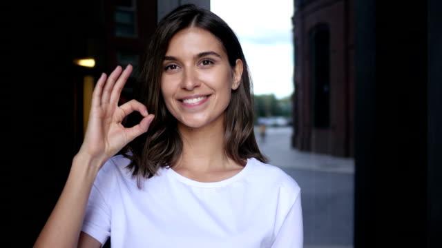 k sign by young beautiful female designer - znak ok filmów i materiałów b-roll