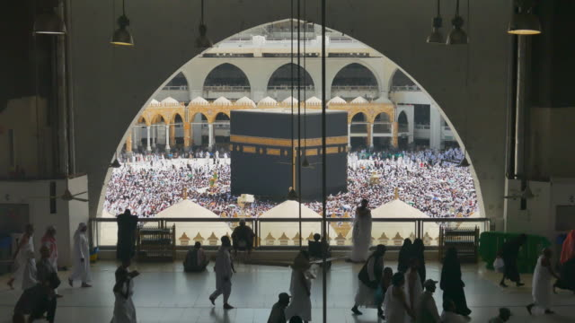 Kaaba Mecca Hajj Muslim people crowd praying video