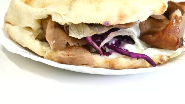 kabap mit fleisch und salat auf einem teller - döner stock-videos und b-roll-filmmaterial