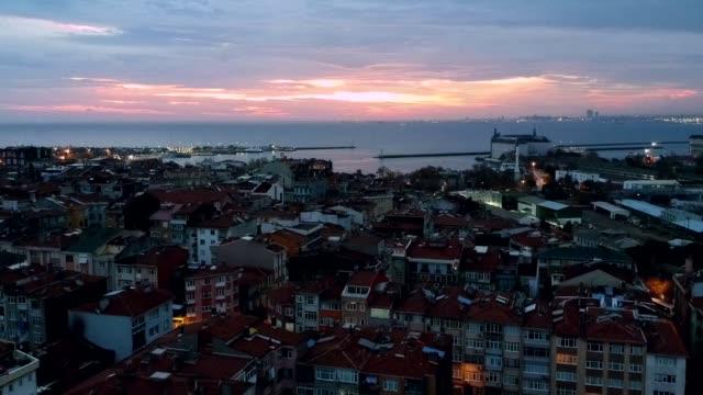 vídeos de stock, filmes e b-roll de kadıkoy, istambul vista do zangão - sol nascente horizonte drone cidade
