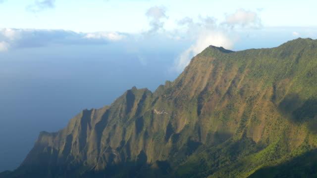 vídeos de stock e filmes b-roll de vale de kalalau lookout em kauai - montanha costeira