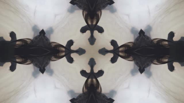 vídeos de stock e filmes b-roll de kaleidoscopic black ink in the water - mosaicos flores
