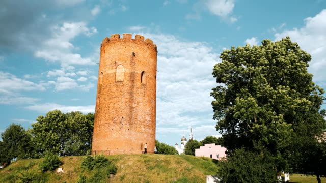 kamyenyets, brest region, belarus. tower of kamyenyets in sunny summer day with green grass in foreground. zoom, zoom in - беларусь стоковые видео и кадры b-roll