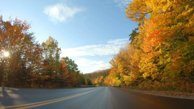 autostrada kancamagus nel new hampshire settentrionale - autunno video stock e b–roll
