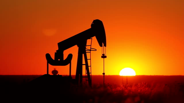 stockvideo's en b-roll-footage met kansas oil pump with setting sun - olie industrie
