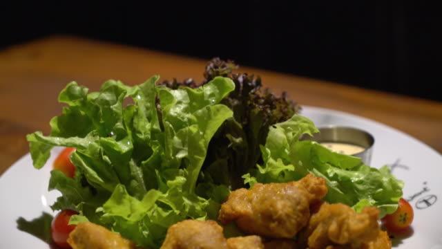 karake チキンのサラダ - 油料理点の映像素材/bロール