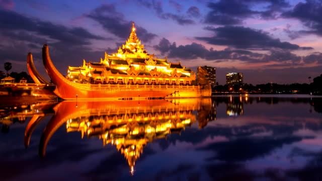 дворец karaweik hall в кандоджии nature парк yangon, myanmar - burma home do стоковые видео и кадры b-roll