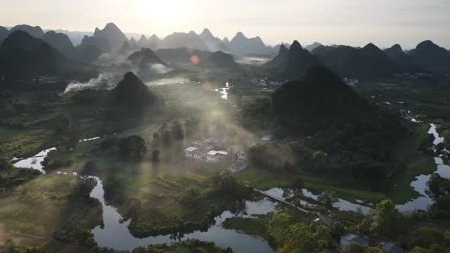 karstberge und fluss li in guilin/guangxi region in china - guilin stock-videos und b-roll-filmmaterial
