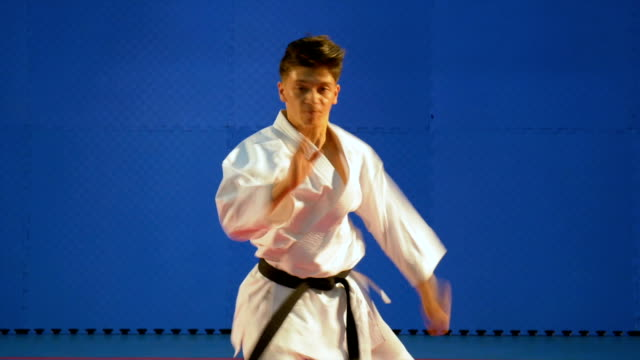 vídeos y material grabado en eventos de stock de entrenamiento de kata realizado por el practicante de artes marciales en el dojo - artes marciales