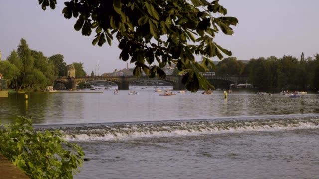 ヴルタヴァ川の katamarans - チェコ共和国点の映像素材/bロール