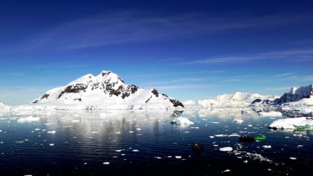 kayak amongst the icebergs - ghiaccio galleggiante video stock e b–roll