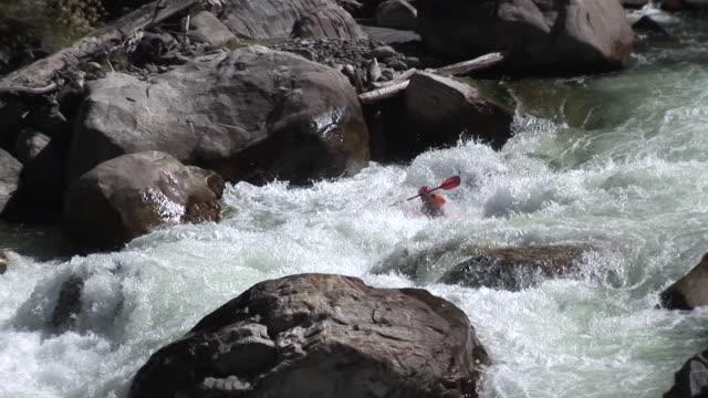 Kayaker の帳エクストリームホワイトウォーター高速 25 fps ビデオ