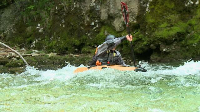 HD RALENTI: Kayakiste pagaie devant la caméra - Vidéo