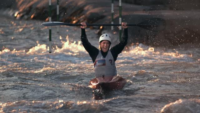 slo mo kayaker rast ins ziel und gewinnt den wettbewerb - kanu stock-videos und b-roll-filmmaterial