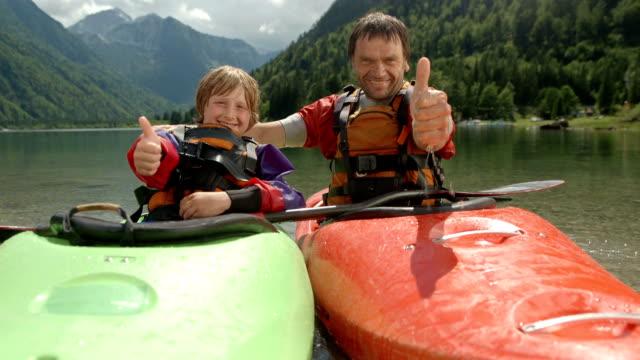 HD: Les kayakistes montrant Thumbs Up - Vidéo