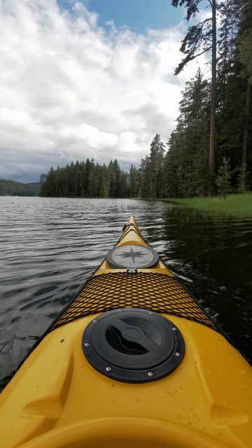 kajakfahren im bergsee, standpunkt. paddeln und tourismus. - kieferngewächse stock-videos und b-roll-filmmaterial