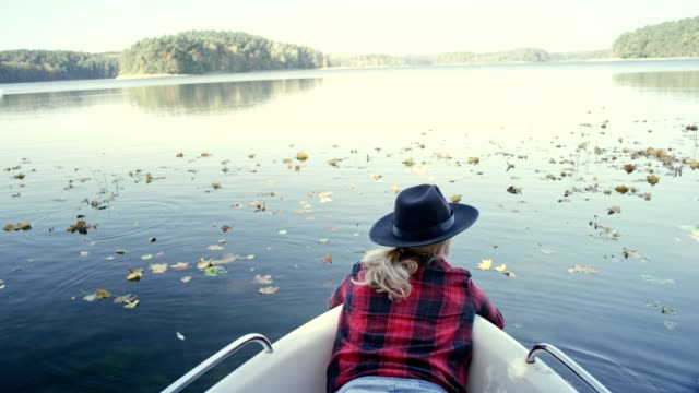 vidéos et rushes de kayak sur une journée ensoleillée d'automne - lac reflection lake