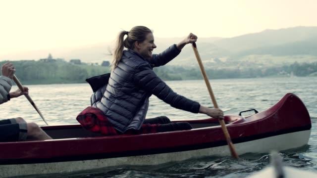 kajakfahren am see - kanu stock-videos und b-roll-filmmaterial