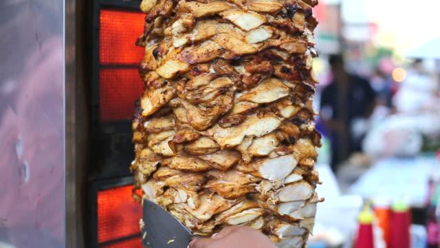 szaszłyk z grillowanego kurczaka i chleb rolla. - chleb pita filmów i materiałów b-roll
