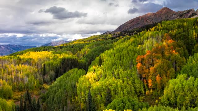 vídeos de stock, filmes e b-roll de cores de outono kebler pass e vista para a montanha - condado de pitkin