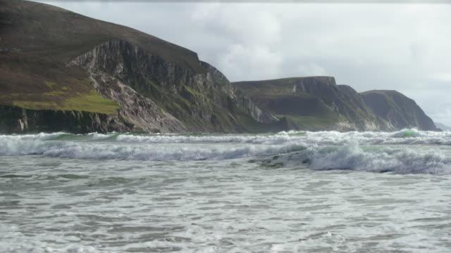 kölen beach kusten på achill island i irland - skrov bildbanksvideor och videomaterial från bakom kulisserna