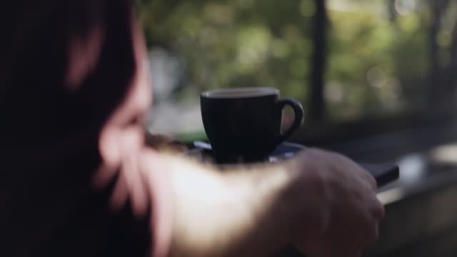 ruhe bewahren, der kaffee ist auf dem weg - kaffeetasse stock-videos und b-roll-filmmaterial
