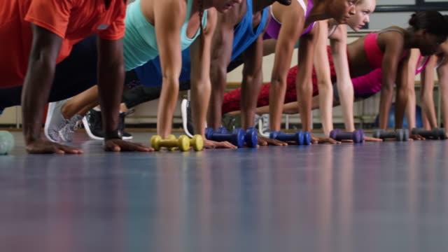 stockvideo's en b-roll-footage met fit-klasse houden in een sportschool - fitnessleraar