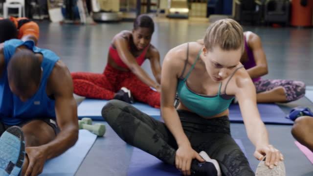 vídeos de stock, filmes e b-roll de mantenha a aula em forma em um ginásio - personal trainer