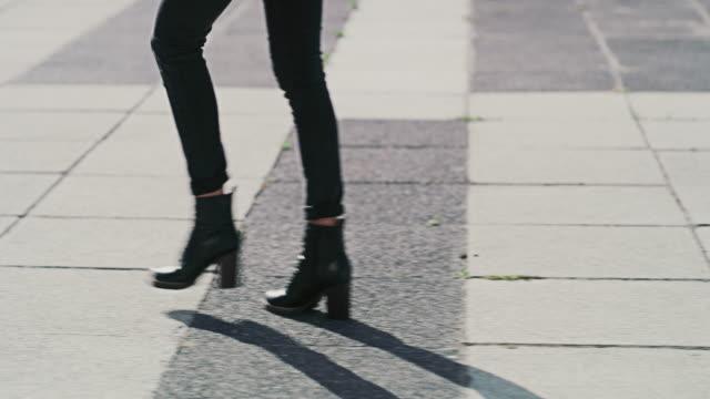vidéos et rushes de continuez d'avancer, ne revenez jamais en arrière - bottes
