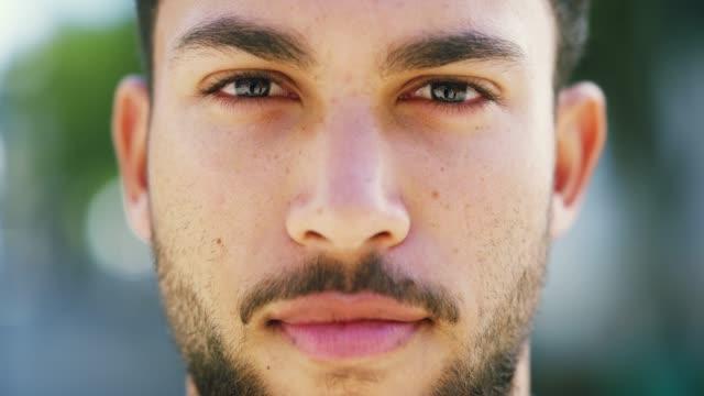oyun yüzünü üzerinde tutun - genç erkekler stok videoları ve detay görüntü çekimi