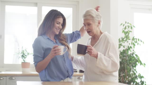 vídeos de stock, filmes e b-roll de mantenha o tempo de qualidade que vem - tea drinks
