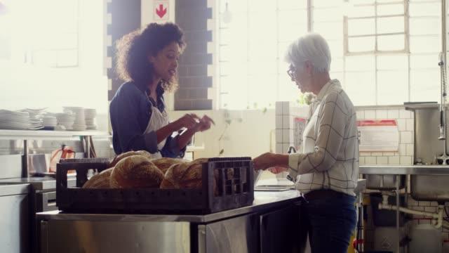 stockvideo's en b-roll-footage met houd omhoog het goede werk - bakery