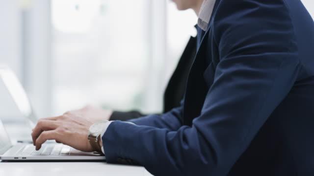 vídeos de stock e filmes b-roll de keep work simpler with wireless technology - envolvimento dos funcionários