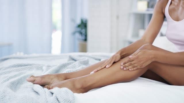 vídeos de stock, filmes e b-roll de mantendo sua pele sedosa macia ao toque - perna termo anatômico