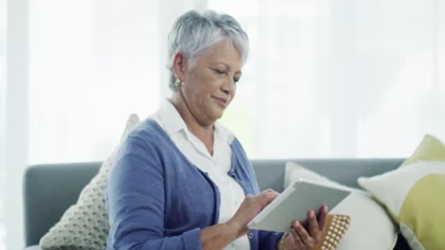 att hålla upp med den digitala tiden - mature women studio grey hair bildbanksvideor och videomaterial från bakom kulisserna