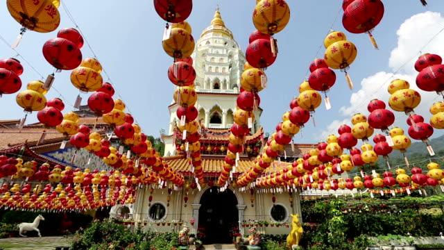 kek lok si chinesisches neujahr penang, malaysia - pagode stock-videos und b-roll-filmmaterial