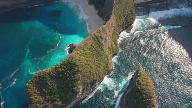 kelingking beac på nuda penida, bali - starka havsvågor på stranden - utdöd bildbanksvideor och videomaterial från bakom kulisserna