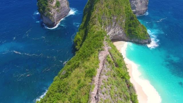 vidéos et rushes de vue aérienne de la plage kelingking, nusa penida - indonésie