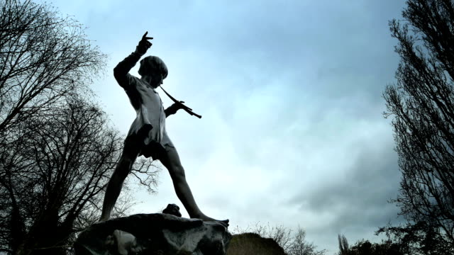 kensington gardens-peter pan statua. - inghilterra sud orientale video stock e b–roll
