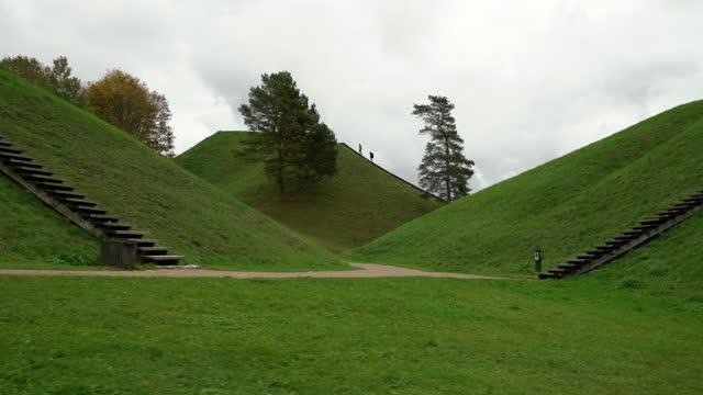 kernave - mittelalterliche hauptstadt von litauen. historische hügel sind beliebte touristenattraktion. - litauen stock-videos und b-roll-filmmaterial