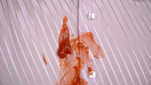 ketchup auf einem rosa hemd - schmutzfleck stock-videos und b-roll-filmmaterial