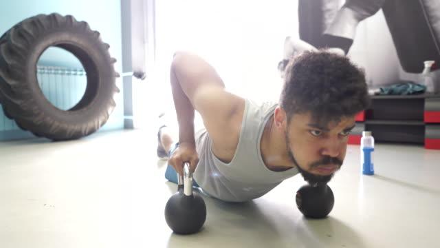 kettlebell push-ups - giria filmów i materiałów b-roll