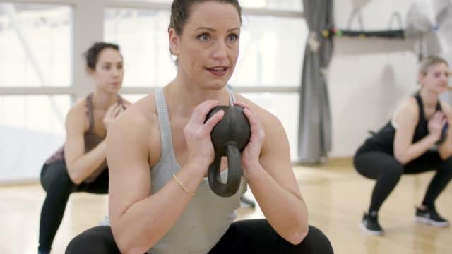 kettlebell workout - giria filmów i materiałów b-roll