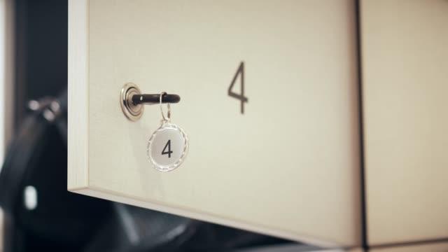 vídeos de stock, filmes e b-roll de chave no armário - armário com fechadura