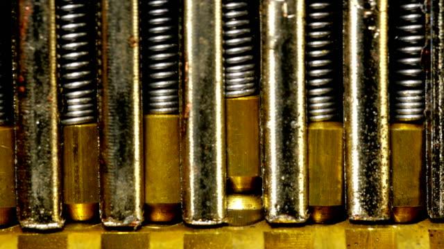chiave all'interno del meccanismo di blocco da vicino. - cilindro video stock e b–roll