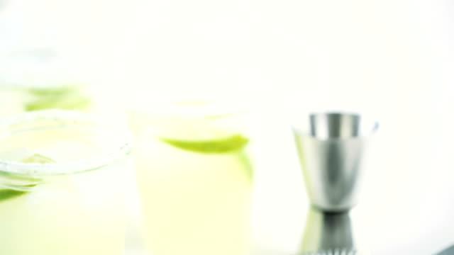 key lime margarita - лимонный сок стоковые видео и кадры b-roll