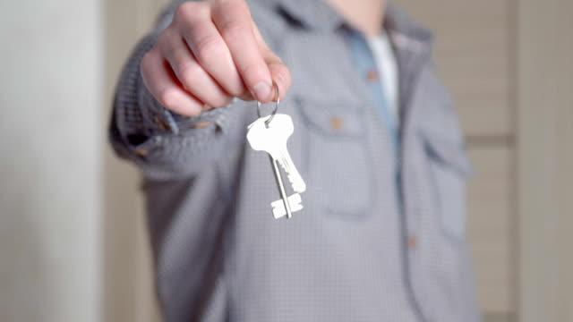 schlüssel für ein neues zuhause. - hausschlüssel stock-videos und b-roll-filmmaterial