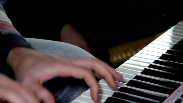 stockvideo's en b-roll-footage met hd close up: keyboard - infaden